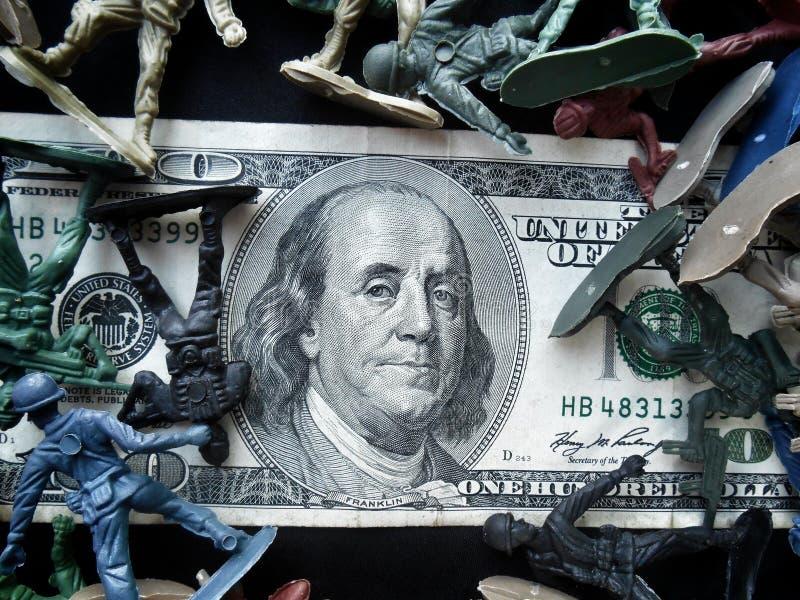 Stuk speelgoed militair die zich met dollar bevinden stock foto