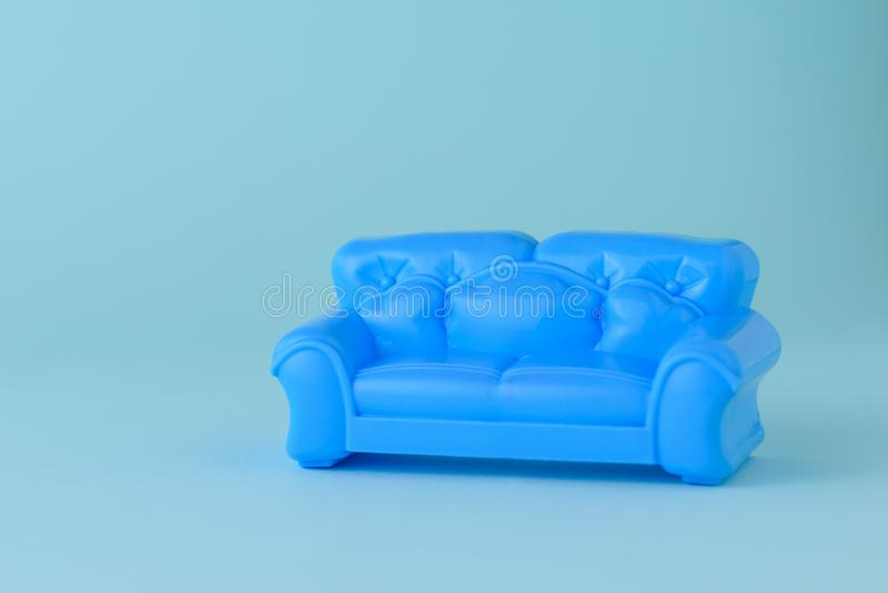 Stuk speelgoed moderne blauwe mooie bank op een blauwe achtergrond r stock foto's