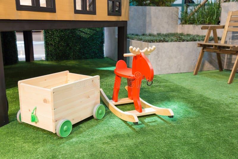 Stuk speelgoed opslag met wielen en een rood hobbelpaard op artificia royalty-vrije stock afbeeldingen