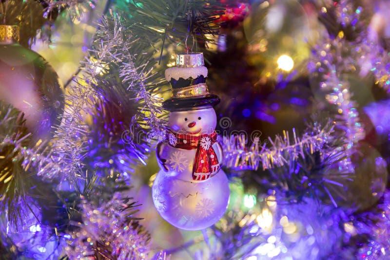 Stuk speelgoed sneeuwman op de Kerstboom stock foto