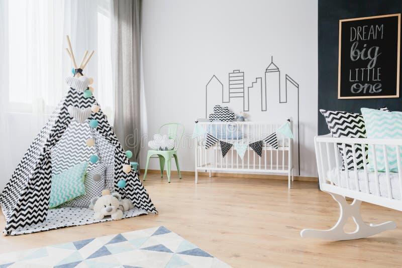 Stuk speelgoed tipi in de pasgeboren ruimte van ` s stock afbeelding