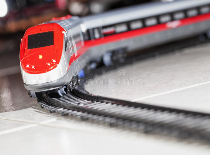 Stuk speelgoed trein over spoorweg royalty-vrije stock foto's