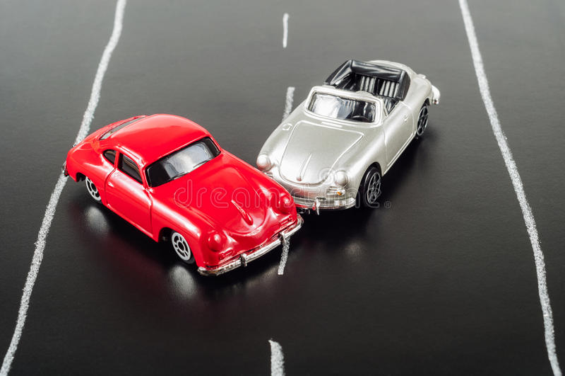 Stuk speelgoed verpletterde auto stock afbeelding