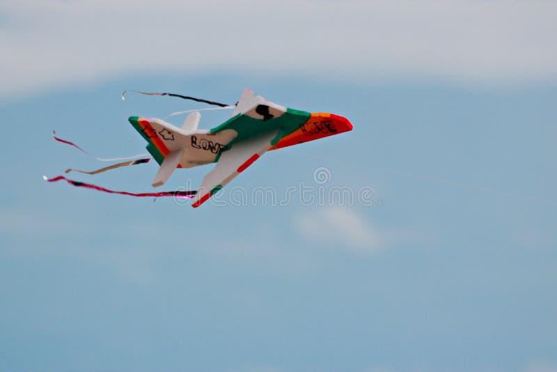 Stuk speelgoed vliegtuig het vliegen royalty-vrije stock fotografie