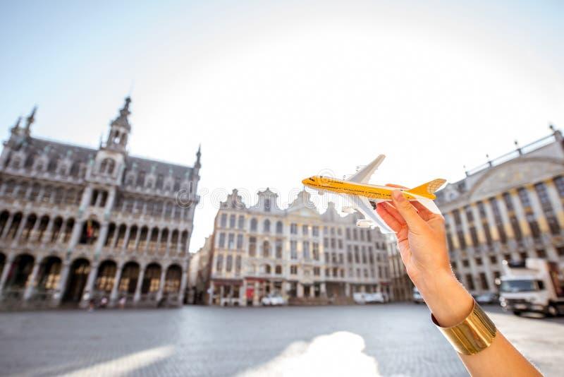 Stuk speelgoed vliegtuig op de centrale vierkante achtergrond van Brussel royalty-vrije stock afbeelding
