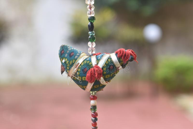 Stuk speelgoed vogel van doeken wordt gemaakt die stock fotografie