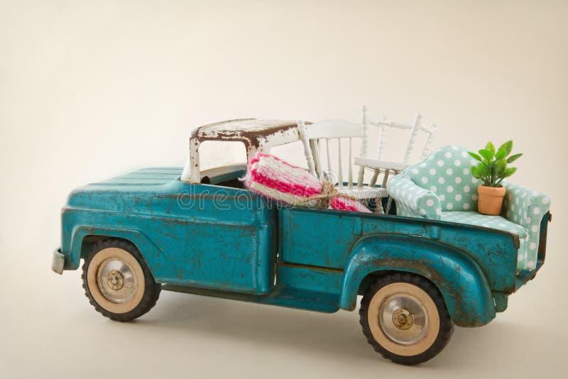 Stuk speelgoed vrachtwagen met meubilair wordt ingepakt dat royalty-vrije stock foto's