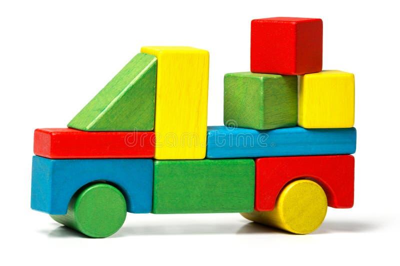 Stuk speelgoed vrachtwagen, veelkleurige het vervoerslading van auto houten blokken royalty-vrije stock afbeeldingen