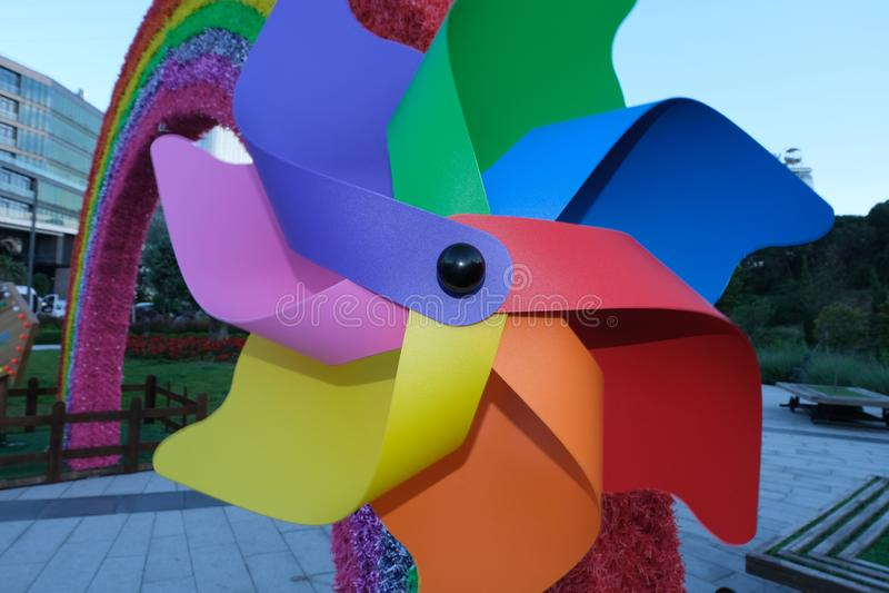 stuk speelgoed windmolen dichte omhooggaand met de achtergrond van de bluhemel stock fotografie
