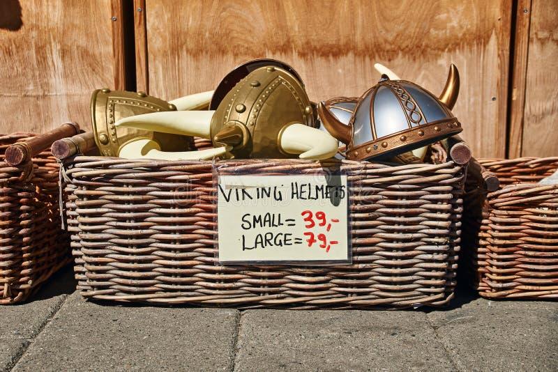 Stuk speelgoed worden de gehoornde helmen in traditionele Noorse stijl in rieten mand verkocht op de straat voor een herinnerings royalty-vrije stock fotografie