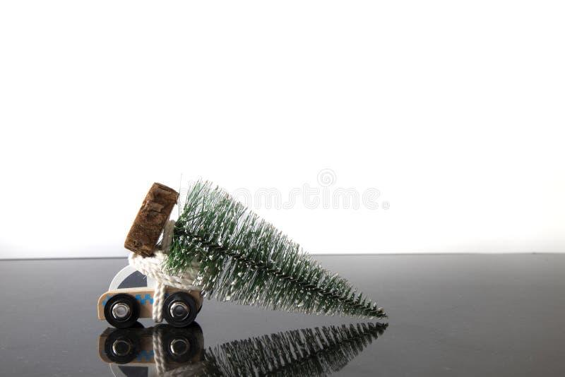 stuk speelgoed ziekenwagen en een Kerstmisboom stock foto