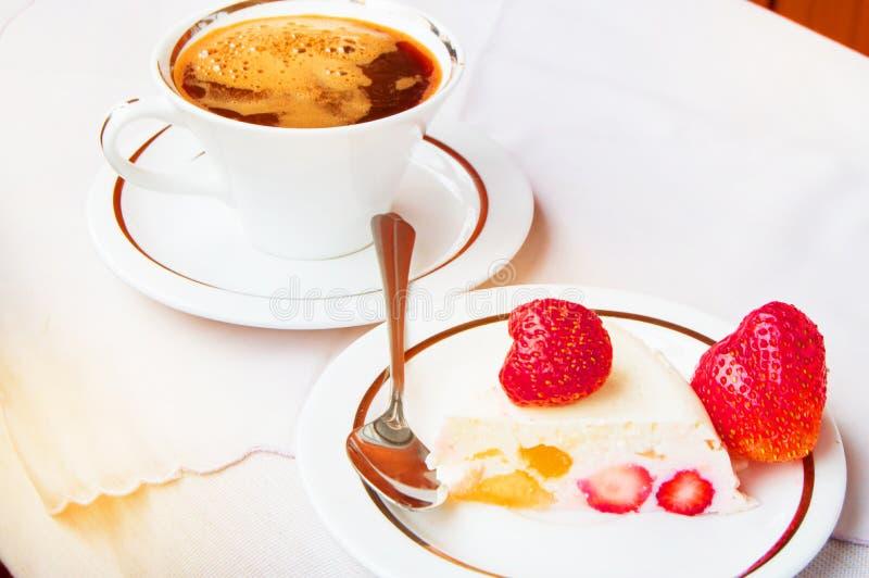 Stuk van aardbeidessert op een witte plaat en een Kop van koffie, een Heerlijk Ontbijt, zoet voedsel royalty-vrije stock afbeeldingen