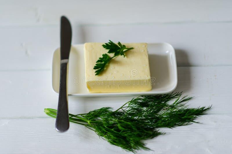 stuk van boter op een bureau royalty-vrije stock afbeelding