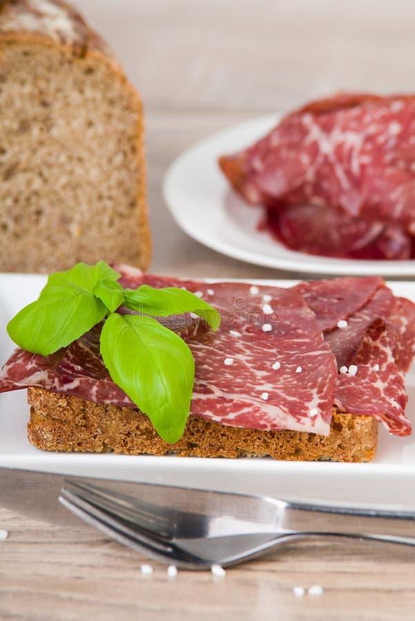 Stuk van brood met rundvleesham royalty-vrije stock afbeeldingen