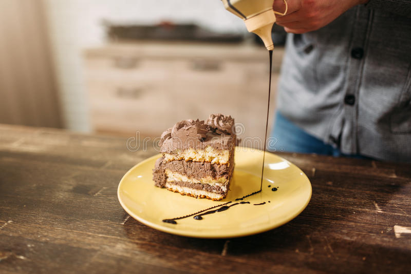 Stuk van cake, decoratie met chocoladesaus stock foto