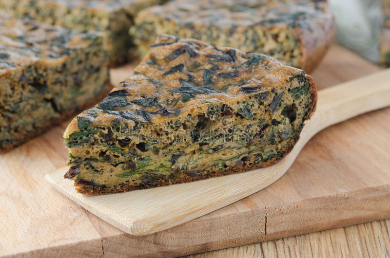 Stuk van cake met greens en spinazie stock afbeeldingen