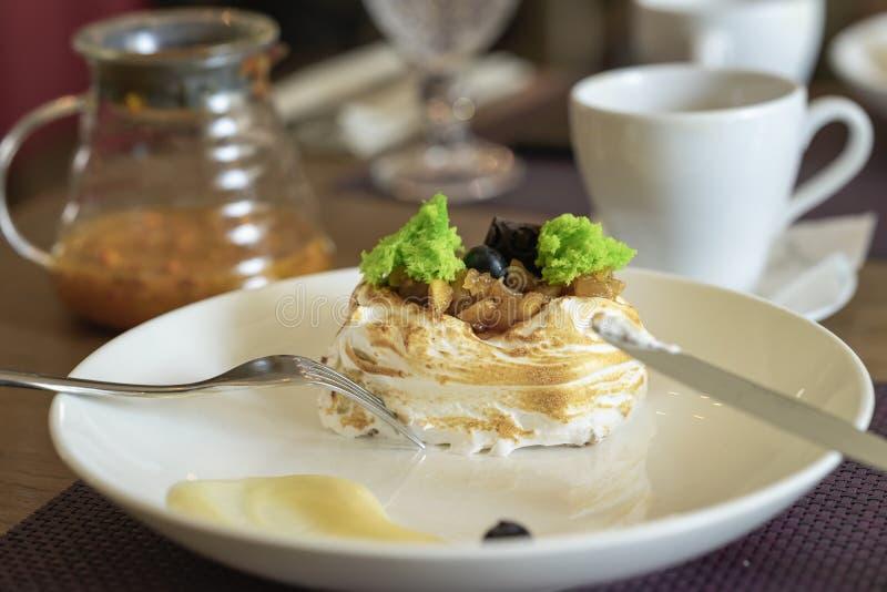 Stuk van cake met slagroom en fruit, rozijnen Koffie en Dessert royalty-vrije stock fotografie