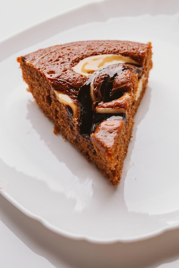 Stuk van cake met truffel vullend close-up op een witte plaat stock foto's