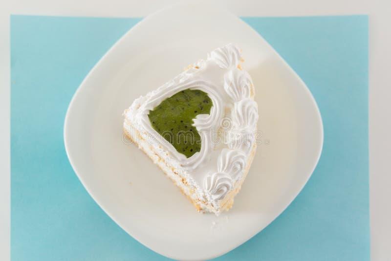 Stuk van cake op een witte die plaat van bovengenoemd wordt geschoten stock afbeelding