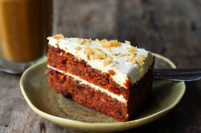 Stuk van cake op lijst royalty-vrije stock afbeelding