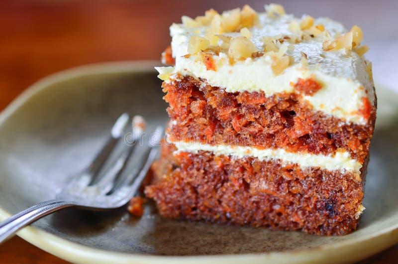 Stuk van cake op lijst stock afbeelding