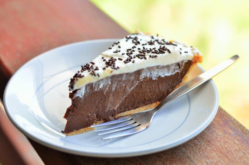Stuk van cake op lijst stock foto's