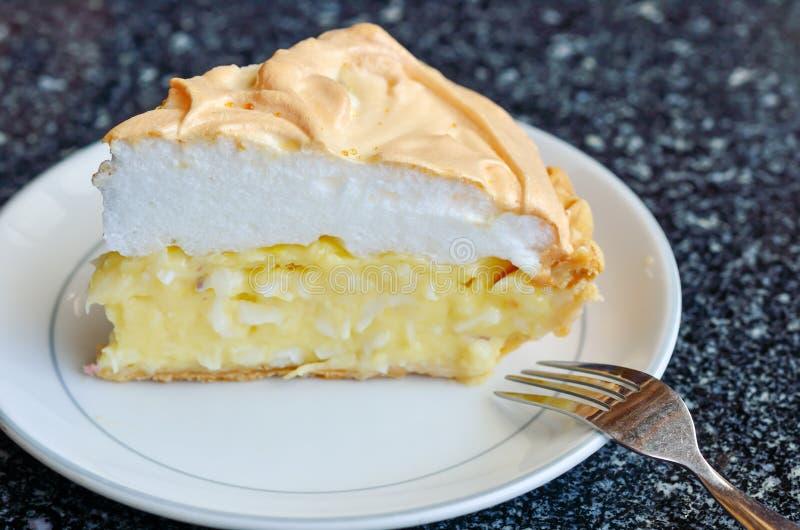 Stuk van cake op lijst royalty-vrije stock foto's