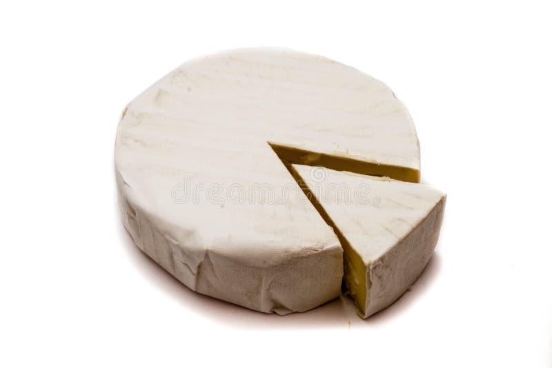 Stuk van camembertkaas op witte achtergrond wordt geïsoleerd die royalty-vrije stock afbeelding