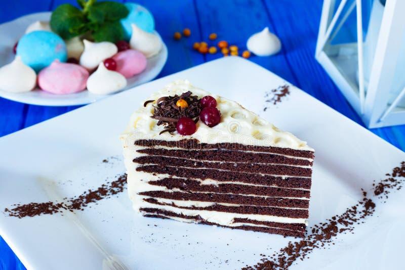 Stuk van chocolade gelaagde cake met boterroom stock foto