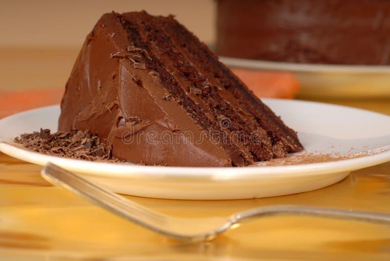 Stuk van chocoladecake met chocoladespaanders royalty-vrije stock foto