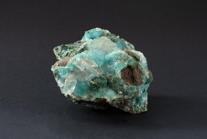 Stuk van Chrysocolla-mineraal met kwarts en gips, blauwe turkooise kristallen royalty-vrije stock afbeeldingen