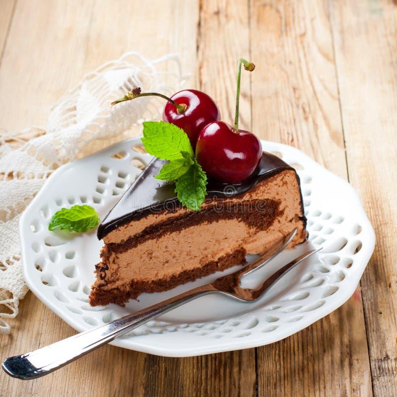 Stuk van de heerlijke cake van de chocolademousse stock afbeelding