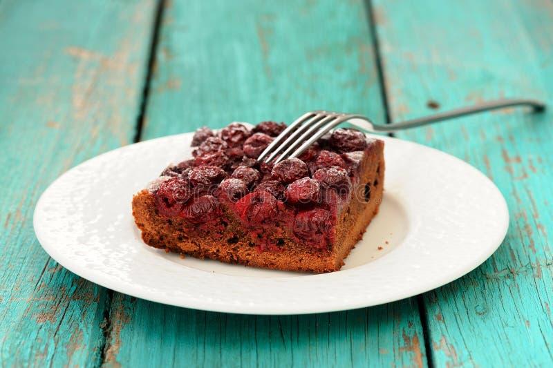 Stuk van de heerlijke eigengemaakte pastei van de kersenchocolade met vork in wh royalty-vrije stock afbeelding