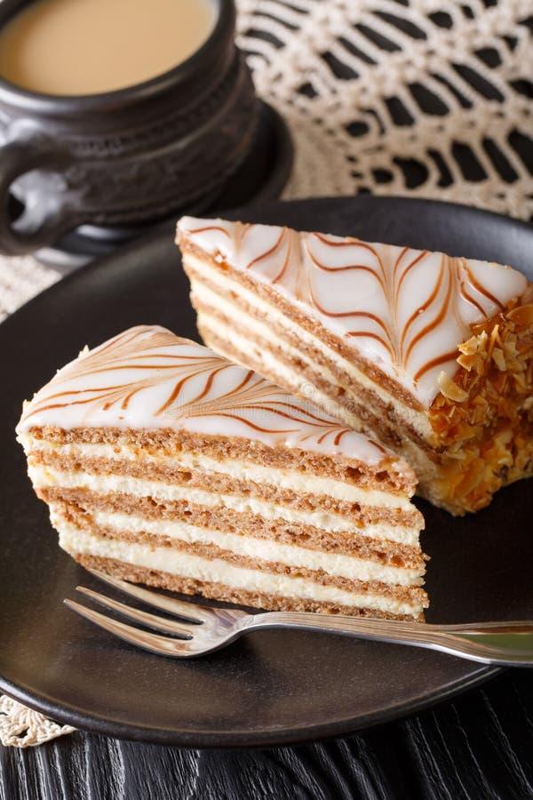 Stuk van eigengemaakte esterhazy tortecake op een plaat en een koffie c royalty-vrije stock fotografie