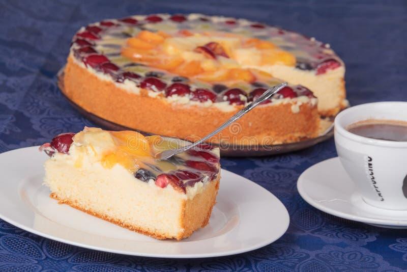 Stuk van fruitcake met een kop van koffie stock afbeeldingen