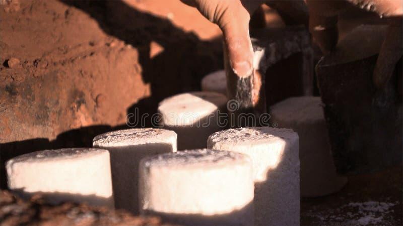 Stuk van gekristalliseerd zout van gekookt zoutwater De vormhulp weegt een bepaalde hoeveelheid zout royalty-vrije stock foto