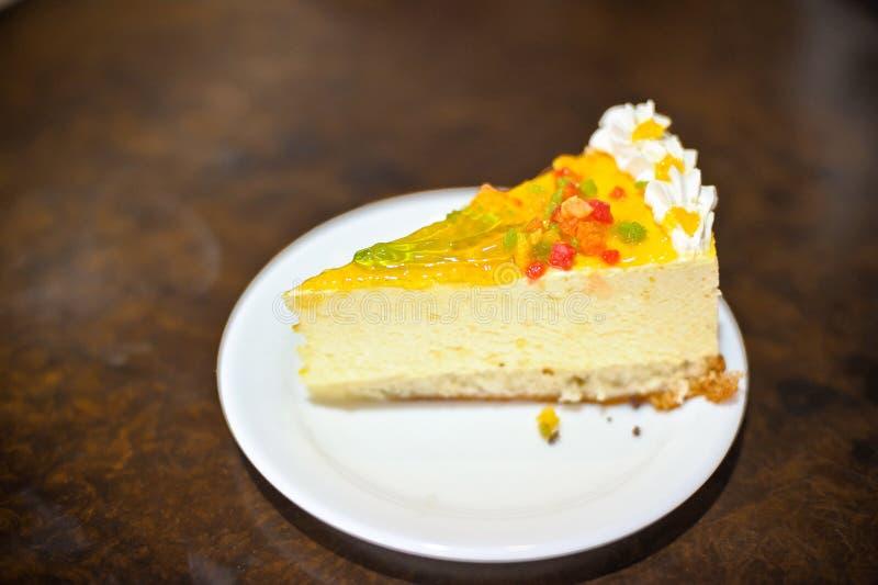 stuk van gele cake met gelei stock afbeelding