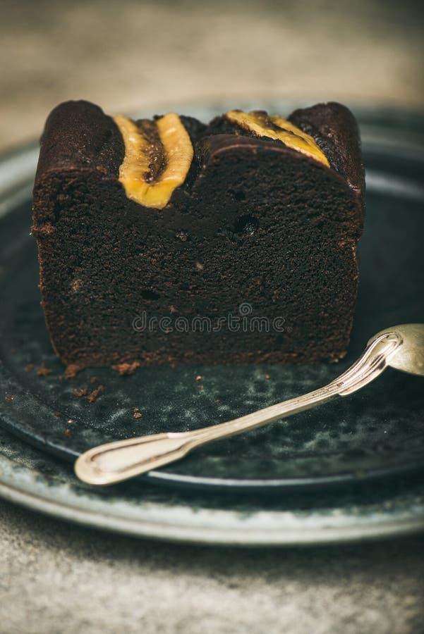 Stuk van het donkere dessert van de het broodcake van de chocoladebanaan op plaat stock afbeeldingen