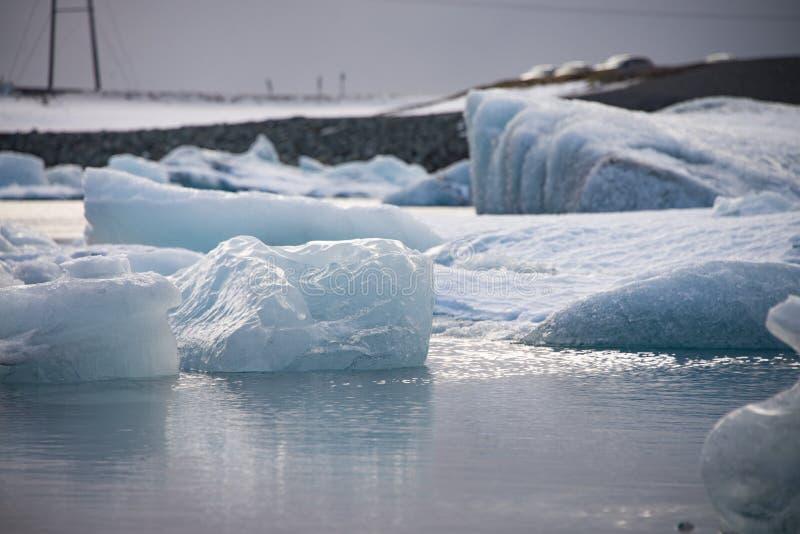 Stuk van ijs in IJsland, ijsberg, zwart strandzand stock foto