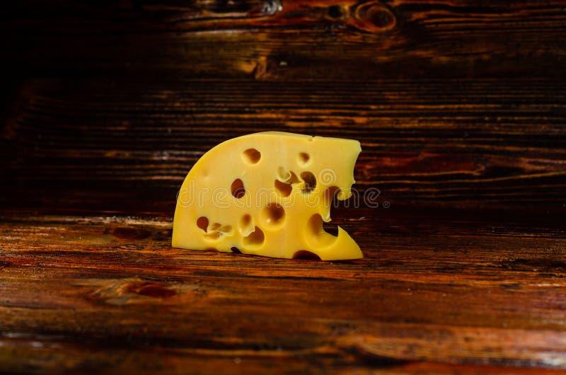 Stuk van kaas op houten lijst royalty-vrije stock foto's