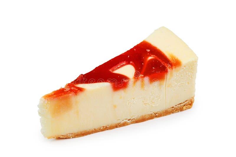 stuk van kaastaart met aardbeien op witte achtergrond met het knippen van weg wordt geïsoleerd die stock afbeelding