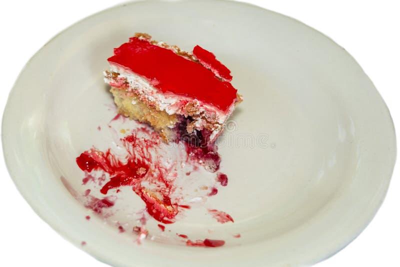 Stuk van kaastaart met verse die aardbeien en munt op witte achtergrond wordt ge?soleerd royalty-vrije stock foto