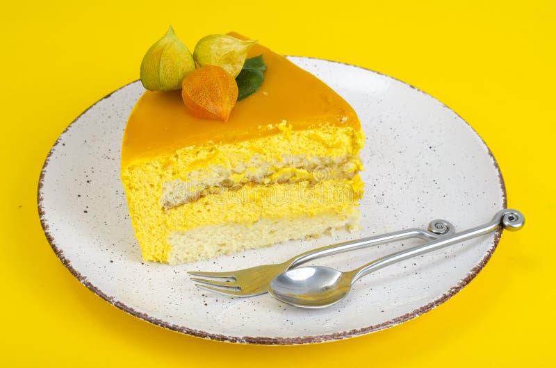 Stuk van moussecake op heldere gele achtergrond royalty-vrije stock foto's