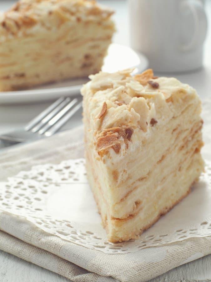 Stuk van multi gelaagd cakeclose-up Mille feuille dessert royalty-vrije stock afbeeldingen
