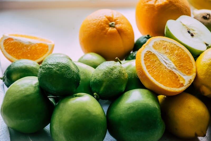 Stuk van sinaasappel, appel en citroen op de witte achtergrond royalty-vrije stock foto