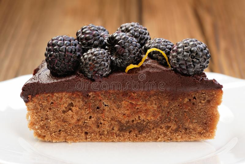 Stuk van smakelijke die chocoladepastei met ganache, met vers wordt verfraaid royalty-vrije stock foto