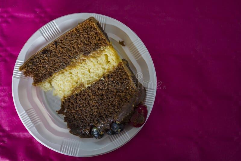 Stuk van verjaardag gelaagde chocoladecake met rode vruchten Hoogste mening stock afbeeldingen