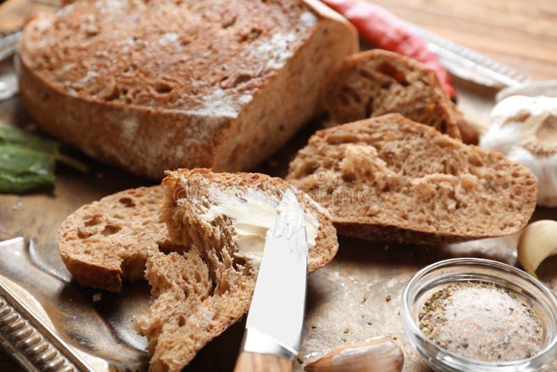 Stuk van vers smakelijk brood met boter op metaaldienblad, close-up stock afbeeldingen