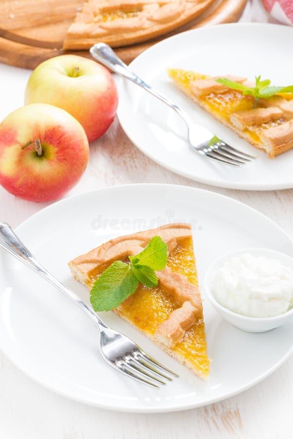 Stuk van verse appeltaart met slagroom op een plaat, hoogste mening stock foto's