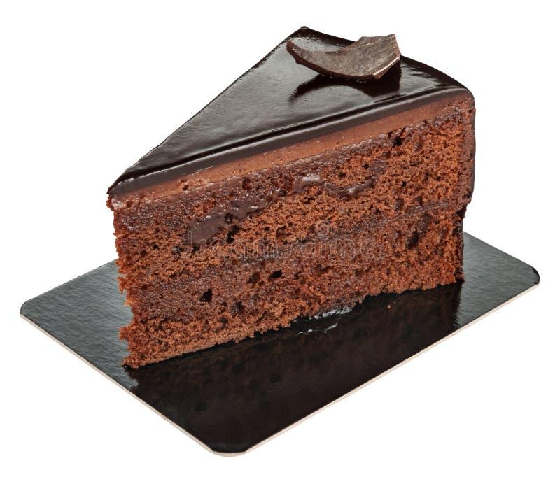 Stuk van zoete die chocoladecake op een document plaat op wit wordt geïsoleerd stock foto